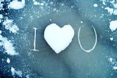 Corazón de la nieve en el hielo Corazón de la nieve y ` del ` del texto te amo Concepto del amor Foto de archivo