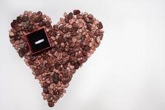 Corazón de la piedra y del anillo de bodas Imagen de archivo