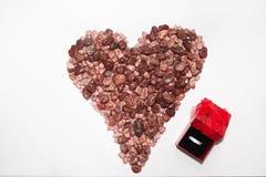 Corazón de la piedra y del anillo de bodas Imagen de archivo libre de regalías