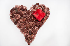 Corazón de la piedra y del anillo de compromiso Foto de archivo