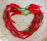 Corazón de la pimienta de chile, en cesta de bambú amarilla imagen de archivo