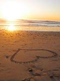 Corazón de la puesta del sol en arena Fotos de archivo libres de regalías