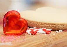 Corazón de la tarjeta del día de San Valentín abstracta con la galleta de azúcar Foto de archivo libre de regalías