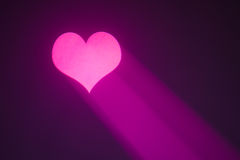 Corazón de la tarjeta del día de San Valentín con el rayo púrpura Imágenes de archivo libres de regalías