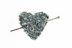 Corazón de la tarjeta del día de San Valentín con la flecha de los tornillos, lavadoras Fotografía de archivo