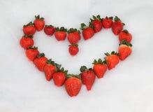 Corazón de la tarjeta del día de San Valentín de la fresa Fotografía de archivo