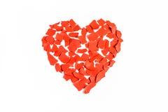Corazón de la tarjeta del día de San Valentín de pedazos rasgados de papel rojo Foto de archivo