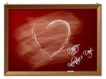 Corazón de la tarjeta del día de San Valentín drenado en la pizarra roja Imagen de archivo