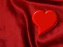 Corazón de la tarjeta del día de San Valentín en el satén rojo Fotos de archivo libres de regalías