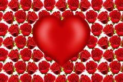 Corazón de la tarjeta del día de San Valentín en fondo rojo de las rosas Imagenes de archivo