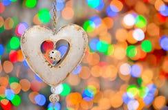 Corazón de la tarjeta del día de San Valentín en un fondo de luces festivas Fotos de archivo libres de regalías
