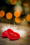 corazón de la tarjeta del día de San Valentín y pluma blanca Foto de archivo