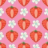 Corazón de las bayas y de las flores de la fresa en seamles Fotografía de archivo libre de regalías