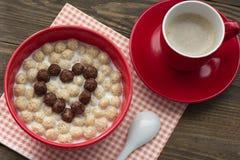 Corazón de las bolas del cereal del chocolate y café en la opinión superior de la taza Imagenes de archivo