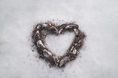Corazón de las cáscaras en la nieve Declaración del amor Fotos de archivo