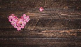 Corazón de las flores en fondo de madera Día de tarjetas del día de San Valentín b floral Imágenes de archivo libres de regalías