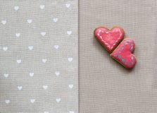 Corazón de las galletas del amor en servilleta Concepto de la tarjeta del día de tarjetas del día de San Valentín Fotos de archivo