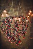Corazón de las luces rojas de las guirnaldas fotografía de archivo