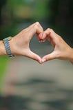 Corazón de las manos masculinas y femeninas Fotos de archivo libres de regalías