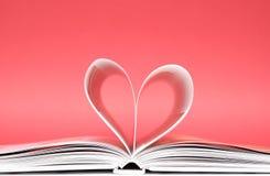 Corazón de las paginaciones de un libro Fotografía de archivo
