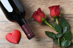 Corazón de las rosas de la botella de vino Fotos de archivo libres de regalías