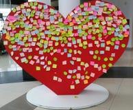 Corazón de las tarjetas del día de San Valentín de las etiquetas engomadas Imagenes de archivo