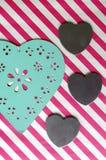 Corazón de las tarjetas del día de San Valentín en fondo rayado Fotografía de archivo libre de regalías