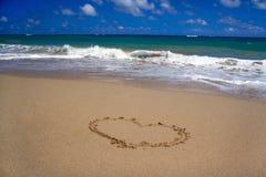 Corazón de las tarjetas del día de San Valentín en la arena en la playa Fotografía de archivo libre de regalías