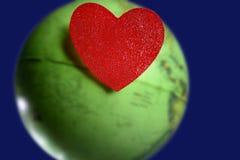 corazón de las tarjetas del día de San Valentín sobre el mundo Fotos de archivo