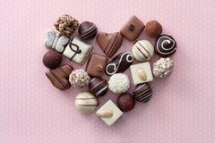 Corazón de los caramelos de chocolate Fotos de archivo libres de regalías