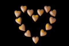 Corazón de los chocolates con leche desde arriba en negro Imagenes de archivo