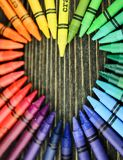 Corazón de los creyones en la tabla Imagen de archivo libre de regalías