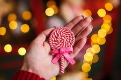 Corazón de los dulces en un fondo de luces coloreadas Foto de archivo libre de regalías