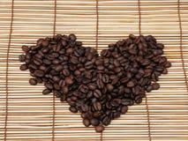 Corazón de los granos de café imágenes de archivo libres de regalías
