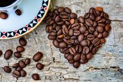 Corazón de los granos de café Fotos de archivo libres de regalías