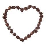 Corazón de los granos de café aislado en el cierre blanco del fondo para arriba imagenes de archivo