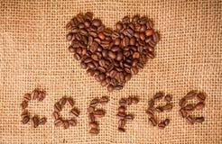 Corazón de los granos de café en harpillera Fotografía de archivo libre de regalías
