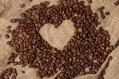 Corazón de los granos de café Primer fotografía de archivo libre de regalías