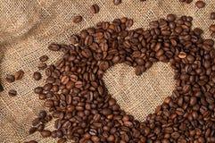 Corazón de los granos de café Primer foto de archivo libre de regalías