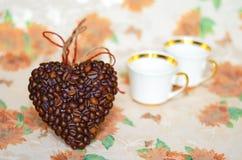 Corazón de los granos de café y de las tazas de café (tarjeta del día de San Valentín DA de la tarjeta del día de San Valentín Fotografía de archivo libre de regalías