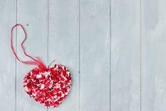 Corazón de los pétalos de la flor del día de tarjeta del día de San Valentín del St Imagenes de archivo