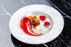 Corazón de los pasteles con la jalea en la placa blanca en serface del marbel Imagenes de archivo