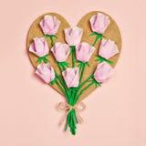 Corazón de madera adornado con las rosas de papel Foto de archivo