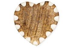 Corazón de madera con el borde blanco en la arpillera Imagenes de archivo