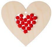 Corazón de madera con los globos rojos Fotografía de archivo