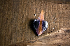 Corazón de madera del amor en llama Imagen de archivo libre de regalías