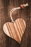 Corazón de madera en fondo natural con una secuencia Imagen de archivo