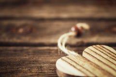 Corazón de madera en fondo natural en la esquina Imagen de archivo libre de regalías