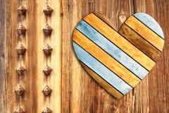 Corazón de madera en la pared de madera vieja Imagen de archivo libre de regalías