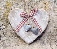 Corazón de madera en piedra Imagenes de archivo